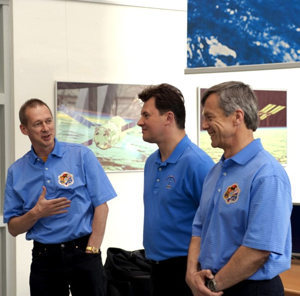 Former_ISS_crewmates_together_at_ESA_s_Columbus_Control_Centre
